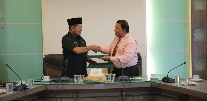 Plt Walikota Banda Aceh, Ir Hasanuddin Ishak menyerahkan naskah MoU kerjasama dengan Ketua STIES, Rusman SE MSi, Senin (23/1/2017) di ruang rapat Walikota. Foto: Kiki Nuryakin